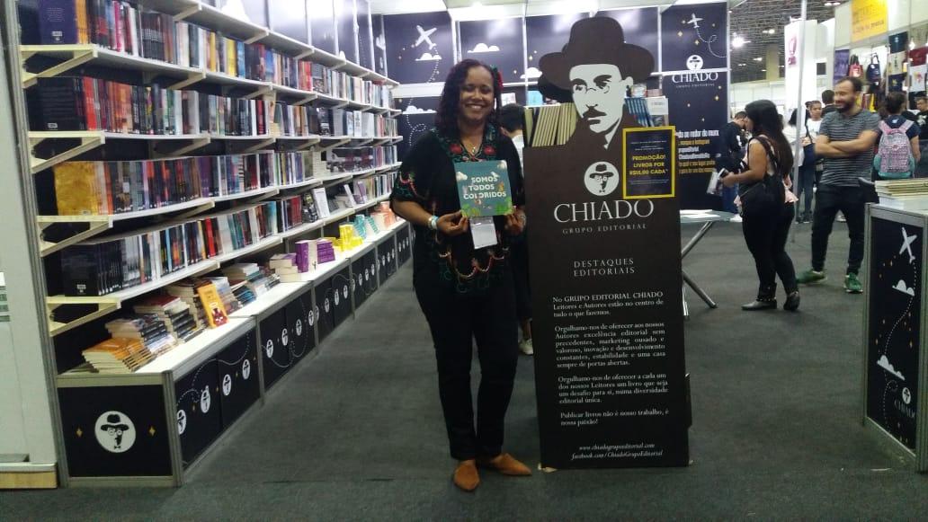 Professora de Nova Iguaçu lança livro na Bienal