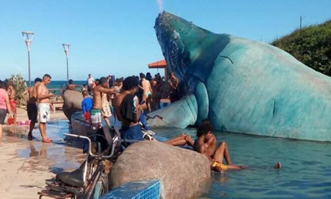 Prefeito de Rio das Ostras se cala sobre 'sugestão' de 'energizar' água para evitar que visitantes entrem no lago da Praça da Baleia