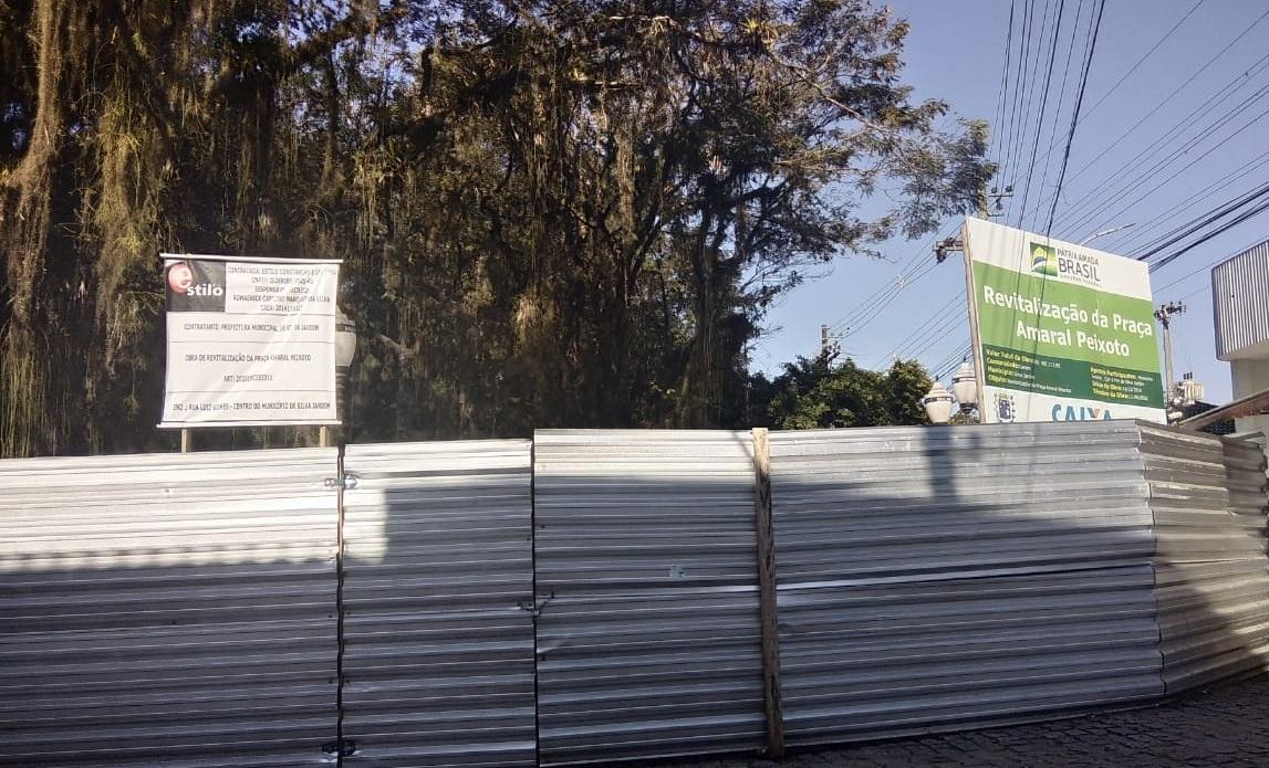 Cadê a obra, prefeito? Perguntam moradores de Silva Jardim sobre reforma da praça principal da cidade que já deveria ter sido entregue