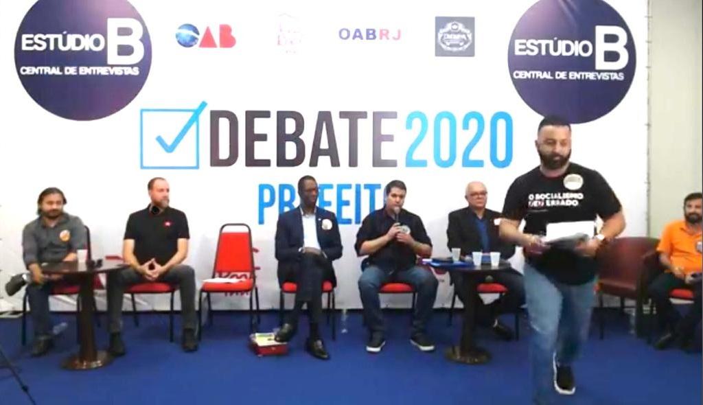 """Se dizendo """"discriminado por ser bolsonarista"""", candidato a prefeito do Republicanos abandona debate em São João de Meriti"""