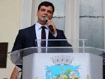 Candidato a reeleição, prefeito de Petrópolis é acusado de usar a máquina pública para promoção pessoal