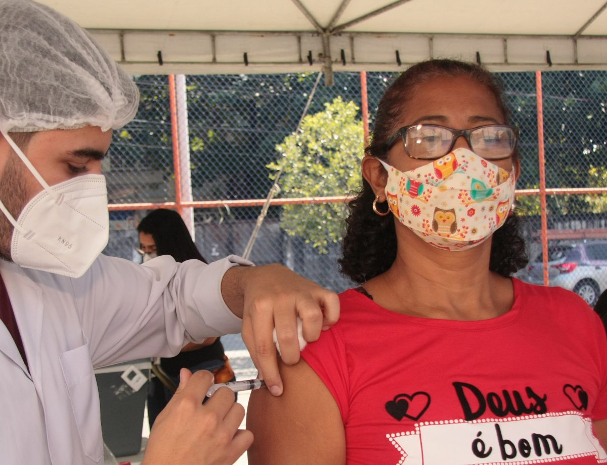 Saúde de Nova Iguaçu vacina pessoas de 58 anos de idade sem comorbidades desta quinta-feira até sábado