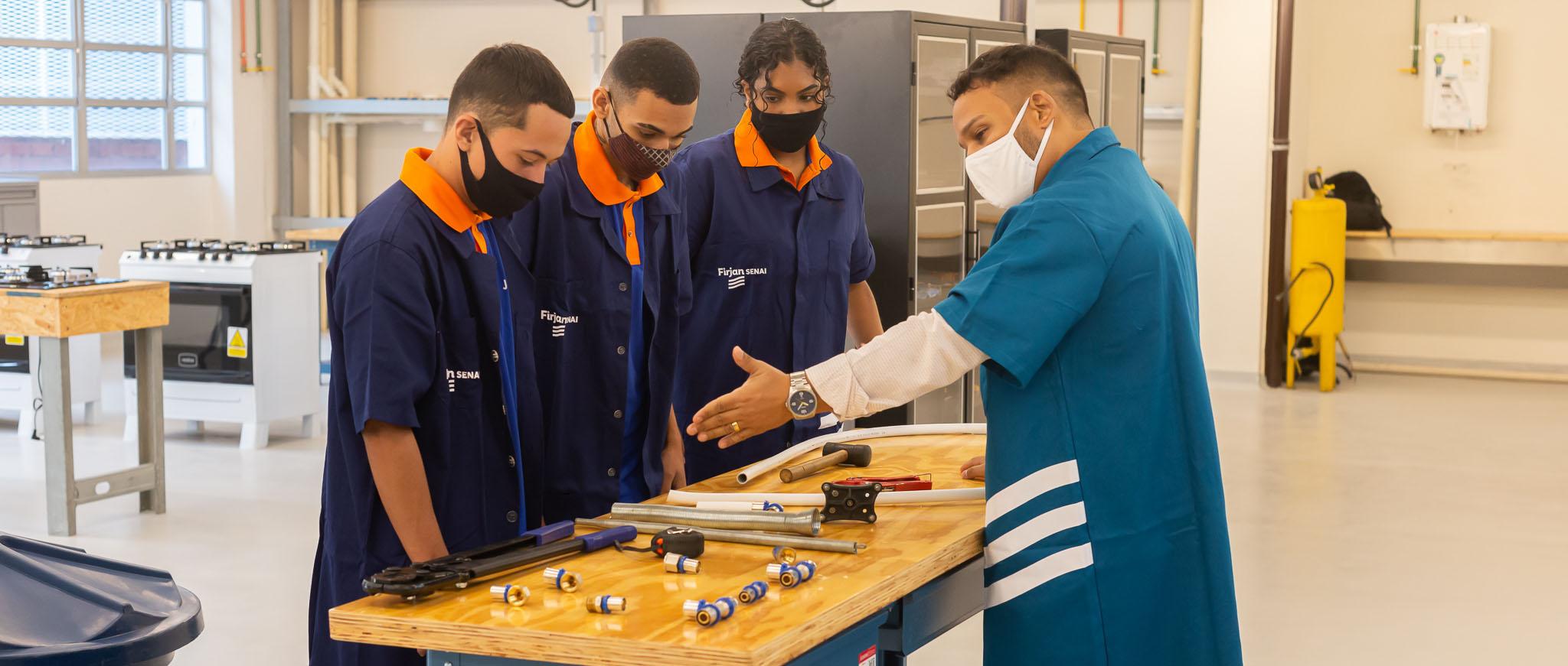 Jovens aprendizes beneficiados pela maior cota oferecida no país já estão trabalhando