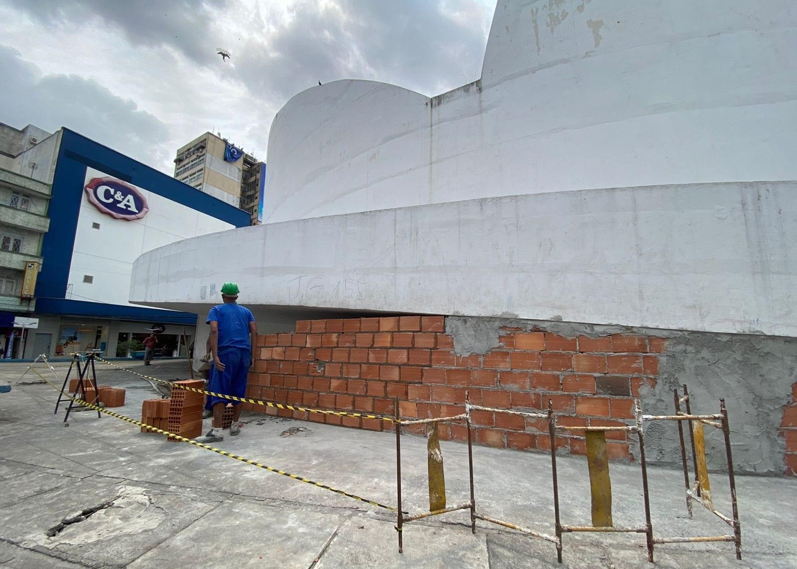 """Prefeito de Caxias """"profana"""" obra de Niemeyer"""