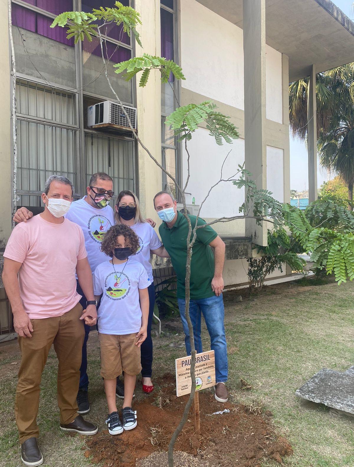 Câmara de Nova Iguaçu homenageia Xandinho, o menino que já plantou mil árvores e semeia bons exemplos